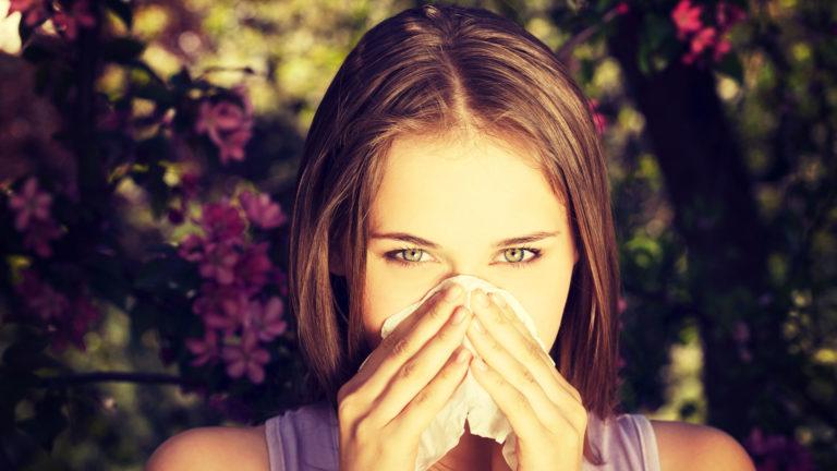 Naso chiuso e starnuti: non solo pollini